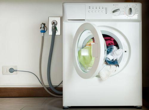 Включенная в розетку стиральная машина