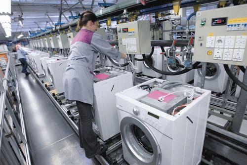 Cборка стиральных машин на конвейере