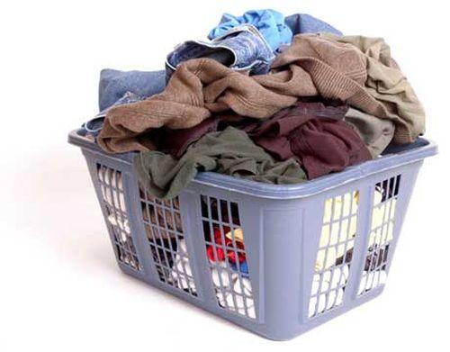 Одежда в пластиковой корзине