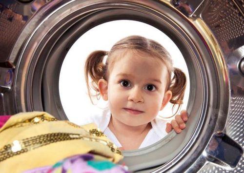 Девочка и стиральная машинка