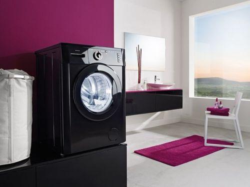 Ванная комната с черной стиральной машиной