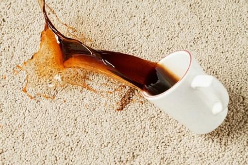 Пятно от чая на ковре