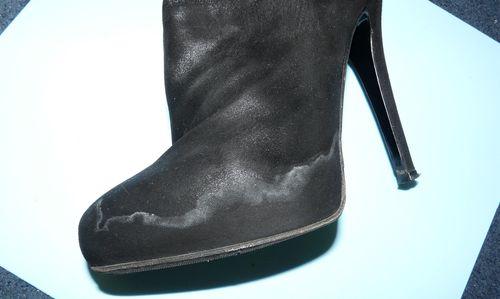 Пятна соли на женской обуви