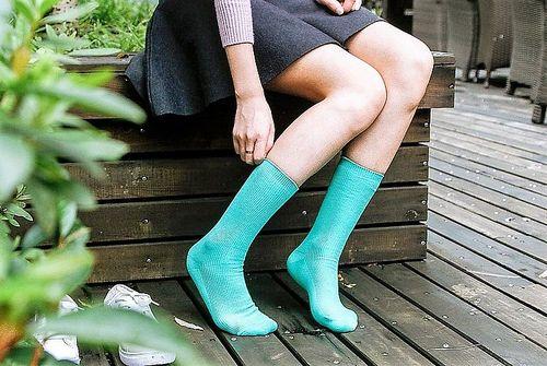 Девушка в зеленых носках