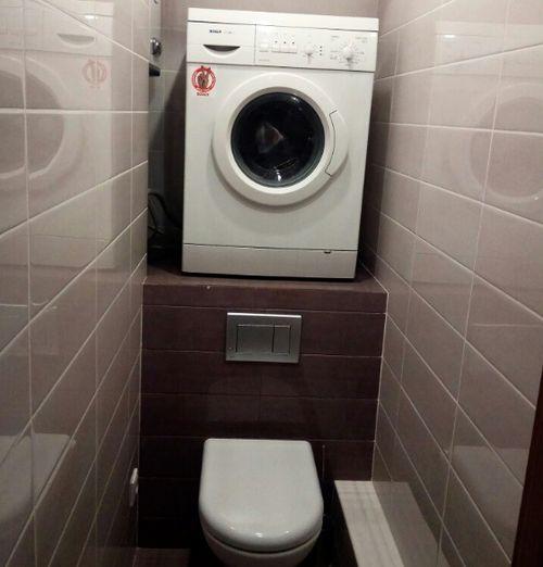 stiralnaya-mashina-v-tualete-nad-unitazom 3